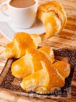 Кифлички от тесто с мая и плънка от локум - снимка на рецептата